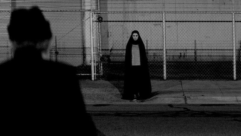 Una chica vuelve a casa sola de noche (2014)