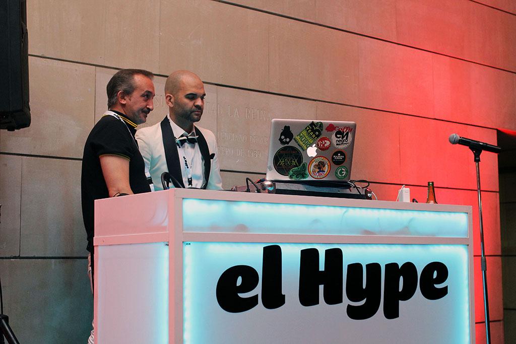 H4L9000 y Miguel Caamaño, cariacontecidos, tras desatender la petición de un barbudo con chaqueta verde que insistía en que le pincharan la de Edurne en Eurovisión.