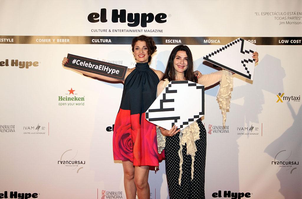 """Solo cuando una posee talento, belleza y estilo puede hacer el """"mónguer"""" ante un photo-call y salir así de guapa.  ¡Bravas, Ruth Gabriel y Ana Fernández!"""