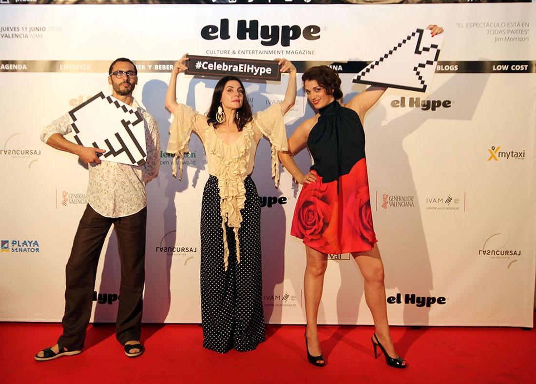 Hwidar, Ana y Ruth sostuvieron un Goya en sus manos un día... y llegamos los de EL HYPE y les damos unos cartones-pluma para que hagan lo propio y se dejen fotografiar: a poner en apuros a la gente no nos gana nadie.