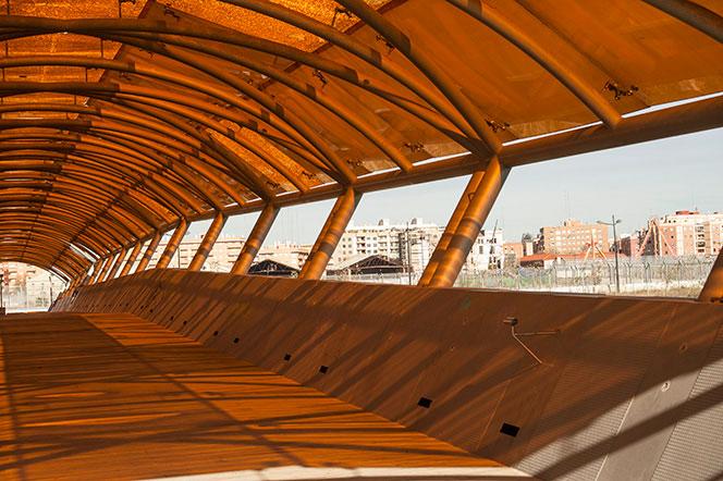 Vista interior de la pasarela de la Fórmula 1 que se construyó sobre el viejo cauce del Turia. Foto: Juanjo Hernández