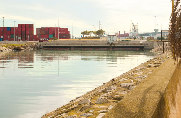 Lengua de mar en el viejo cauce con el puerto al fondo. Foto: Juanjo Hernández