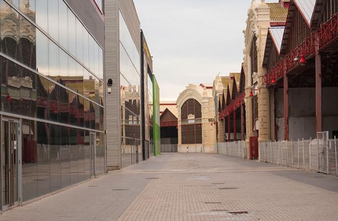 Corredor interior entre las bases de los equipos de la Copa América y los tinglados del Puerto. Foto: Juanjo Hernández
