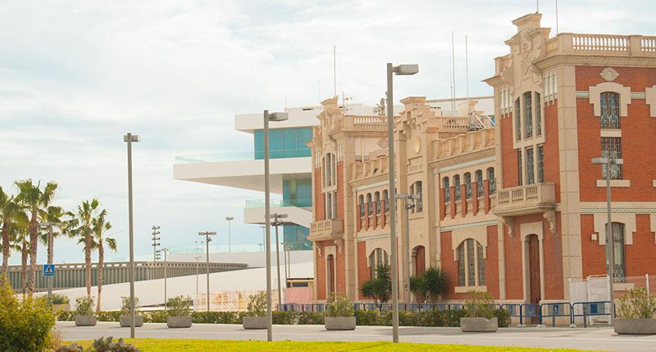 El antiguo Varadero del puerto con el edificio Veles e Vents detrás. Foto: Juanjo Hernández
