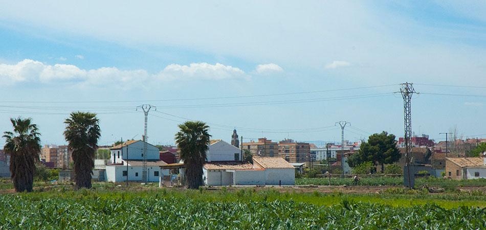 Al fondo, la torre de la Iglesia de San Luís Beltrán vista desde la Ciudad de las Artes. Foto: Juanjo Hernández