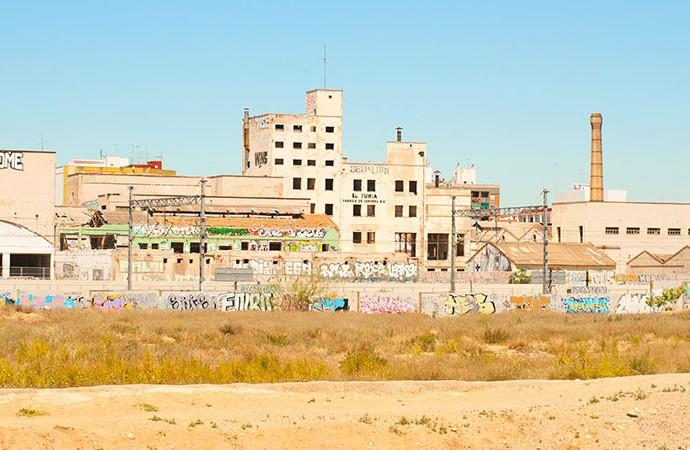 El edificio de Cervezas Turia y otros restos industriales junto a las vías de tren. Foto: Juanjo Hernández