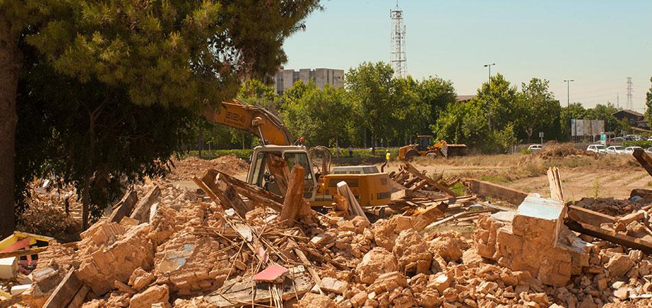 Excavadora junto a los escombros de la Alquería del Forn de Sola, en el PAI de Malilla Norte. Foto: Juanjo Hernández