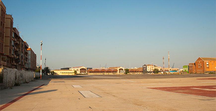 Explanada de la antigua Estación del Grao con los tinglados del Puerto al fondo. Foto: Juanjo Hernández
