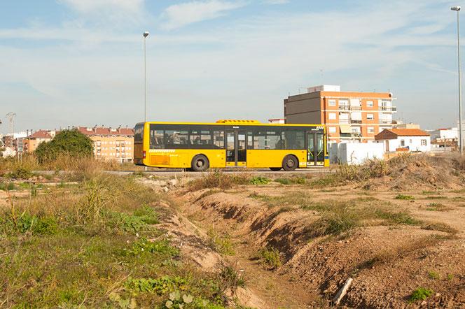 Un autobús metropolitano pasa por Benimàmet. Foto: Juanjo Hernández
