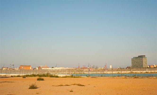 Al fondo el Puerto de Valencia y a la derecha el PAI de las Moreras junto a Natzaret. Foto: Juanjo Hernández