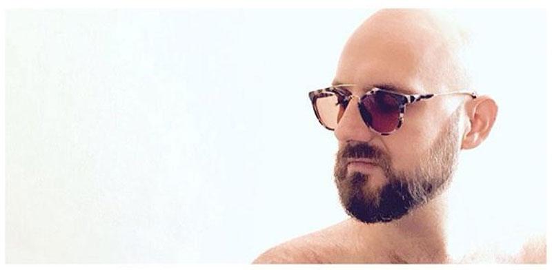 Aquí, ejercitando sin éxito mi sensualidad desdeñosa, solo con gafas de sol