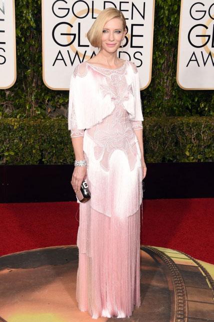 El Givenchy de Cate Blanchett es un gozo, a pesar de que los flecos se le despeluchan a la altura de las rodillas: las estrellas también se enganchan.