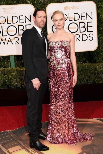 Alabaría el Dolce & Gabbana de Kate Bosworth -es muy complicado lucir un palabra de honor con lentejuelas rosas y doradas y salir airosa- si mis ojos no sangraran a ver los botines con elástico de su esposo, el también actor Michael Polish.