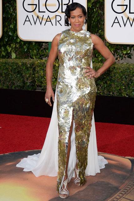 Regina King, de la serie American Crime, comete precisamente un crimen estilístico con este atuendo de escamas doradas y capa blanca.