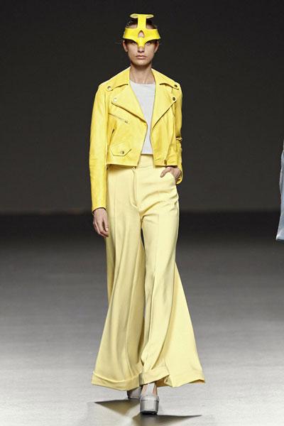 Con lo difícil que es un total look amarillo y lo bien resuelto que está.