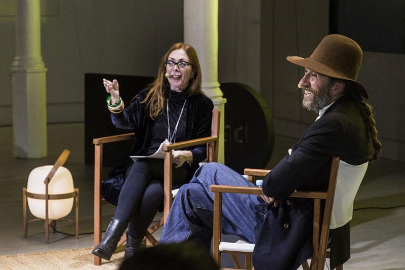 La periodista Charo Mora, junto al diseñador. Foto: Manu León.