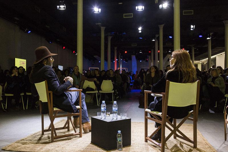 Adrover, ante un auditorio que escuchaba atento. Foto: Manu León.