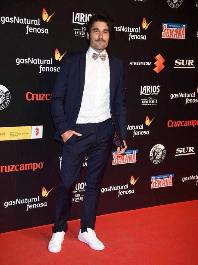 Cierra el desfile sobre la alfombra roja Álex García, el actor que mejor se maneja en estos lares, aunque esta no haya sido su elección más arriesgada. Va hecho un pincel.