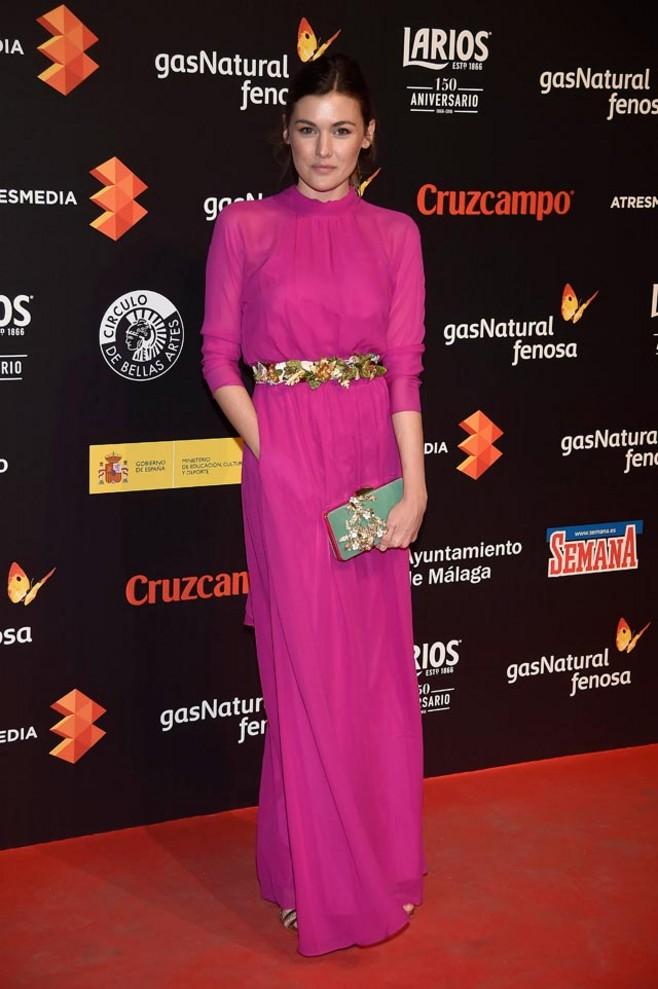 La actriz Marta Nieto apuesta por un combo que hemos visto esta temporada en varias alfombras rojas: vestido fluido en tono saturado + cinturón joya. Todo un acierto.