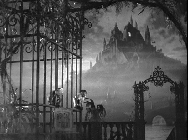 Inicio de Ciudadano Kane (1941), la cámara se acerca a Xanadu, la misteriosa mansión.