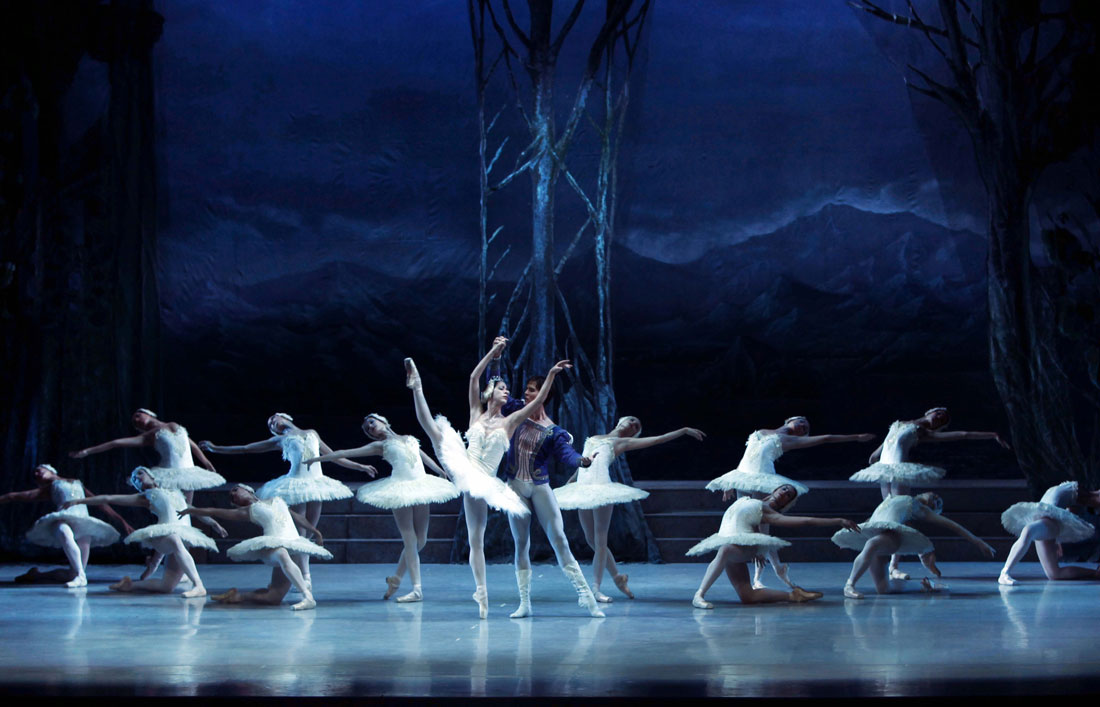 """El Ballet Nacional de Cuba interpretando """"El lago de los cisnes"""". Foto: Josep Guindo"""