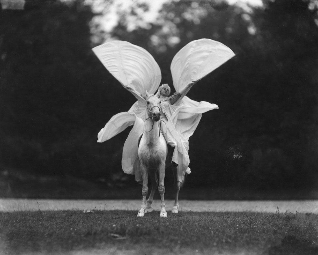 """Thérèzhe Rentz baila """"La Loie Fuller a caballo"""", en el Cirque Moliere"""