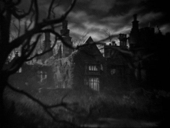 Inicio de Rebeca (1940), la cámara se acerca a Manderley, otra misteriosa mansión.