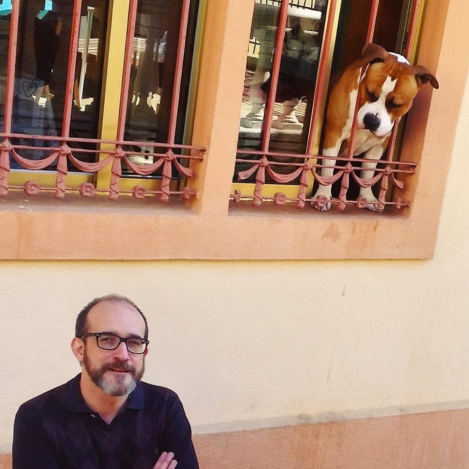 Víctor Gomollón y un perro de Conan Doyle. Foto: Isabel Bengoa