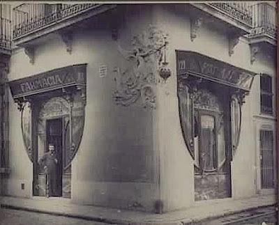 Farmacia Juanola, en el barrio de Gràcia. Barcelona 1898.