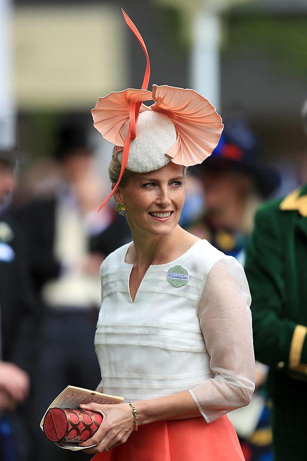 La condesa de Wessex con una vieira XXL sobre la cabeza.