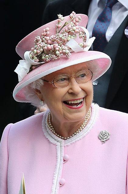 Muchas asistentes parecían ir tocadas por maestros reposteros. Dos ejemplos: la reina Isabel, con una especie de remate de cupcake en la cabeza...