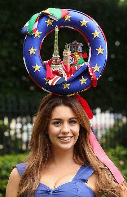 El premio al mejor tocado... ¡La partidaria del Sí a la permanencia del Reino Unido en la Unión Europea! Tiene mérito que entre tanto esperpento esta chica tuviera la ocurrencia (y el acierto, porque feo del todo no es) de reivindicar simpáticamente su postura sobre el Brexit. You rule, girl!