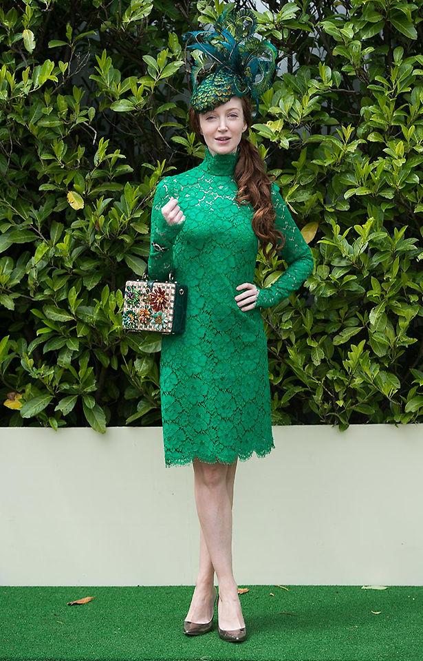 La actriz Olivia Grant, camuflada entre los setos. Pobre, ir así para pasar inadvertida...