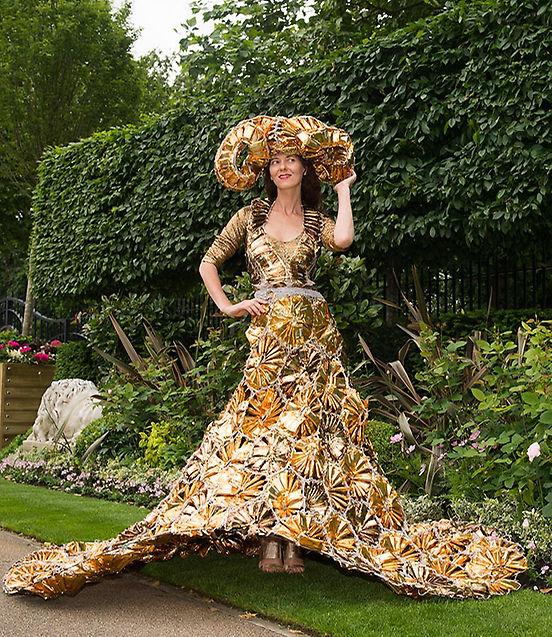 Esta señora, vestida de constelación de Aries, podría reaprovechar su disfraz como placa solar de su chaletito de verano. Ya que ha hecho esta inversión en tejido reflectante, que la aproveche y que reduzca su huella de carbono.
