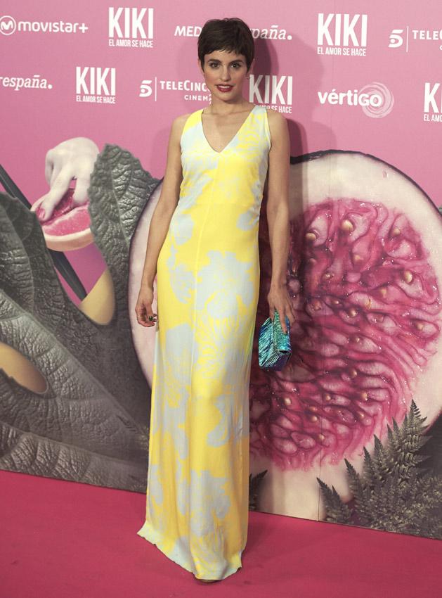 Aunque la combinación de amarillo y blanco es audaz y el estampado resulta precioso, este look le añade años innecesariamente a Verónica Echegui… María Barranco, por el contrario, habría estado guapísima con un conjunto así.