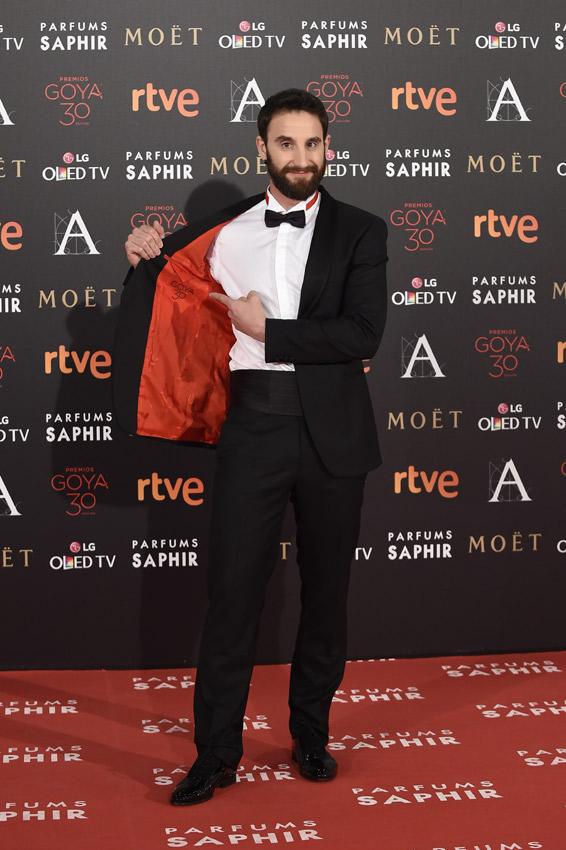 Dani Rovira, disfrazado de presentador de los Goya, se señala el lugar exacto donde se le marcará el cerco de sudor en cuanto empiece la gala y los nervios le traicionen.