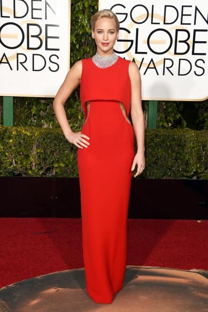 Será de Dior, pero el corte de ese vestido hace que Jennifer Lawrence parezca un clic de Playmobil.