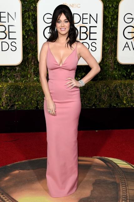 Katy Perry perpetra un atentado contra el buen gusto con este vestido rosa y su cardado… Aunque me juran que es de Prada, parece de Dolce & Chabacana.