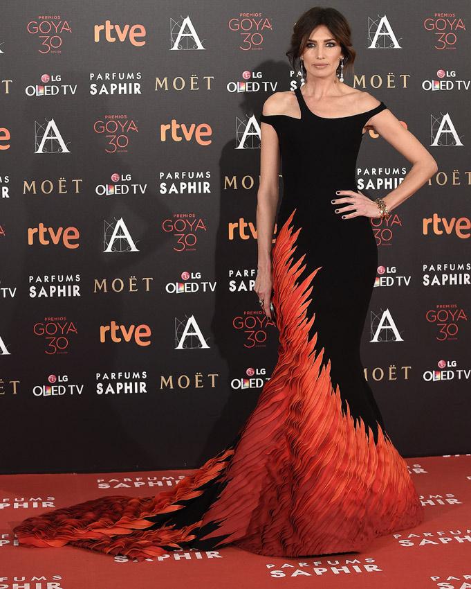 Nieves Álvarez iba de ave fénix o de falla valenciana en pleno proceso de combustión. A veces con la alta costura tampoco se acierta.