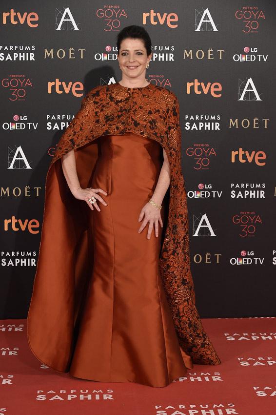 Con un atuendo más rígido que los rizos de un premio Goya, Nora Navas se confundió de fiesta: iba más preparada para una de Halloween. Naranja y negro, mal.