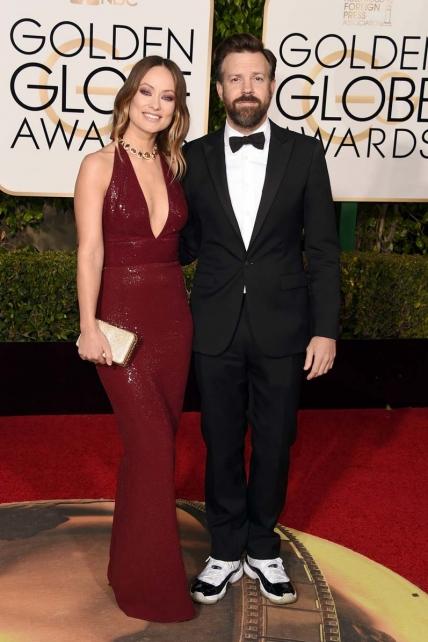 ¿Era la noche de los maridos empeñados en boicotear el look de sus mujeres? Si no, no me explico lo de las zapas del de Olivia Wilde…