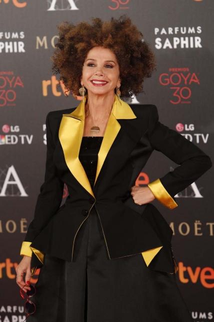 Pocos repararon en que además de a Tim Robbins y a Juliette Binoche, la Academia había invitado a la gala a Helena Bonham Carter… Victoria, querida, pareces sacada de los descartes de vestuario de cualquier peli de Tim Burton.