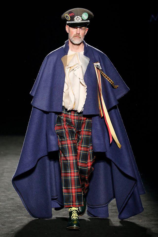 La dictadura fashion, encarnada en este conjunto, fue el punto de partida del desfile.