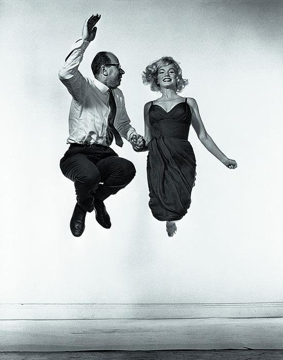 Marilyn Monroe saltando con Philippe Halsman. Foto de Yvonne Halsman, 1954