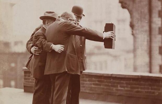 Modernos de los albores del XX, inventando el selfie.
