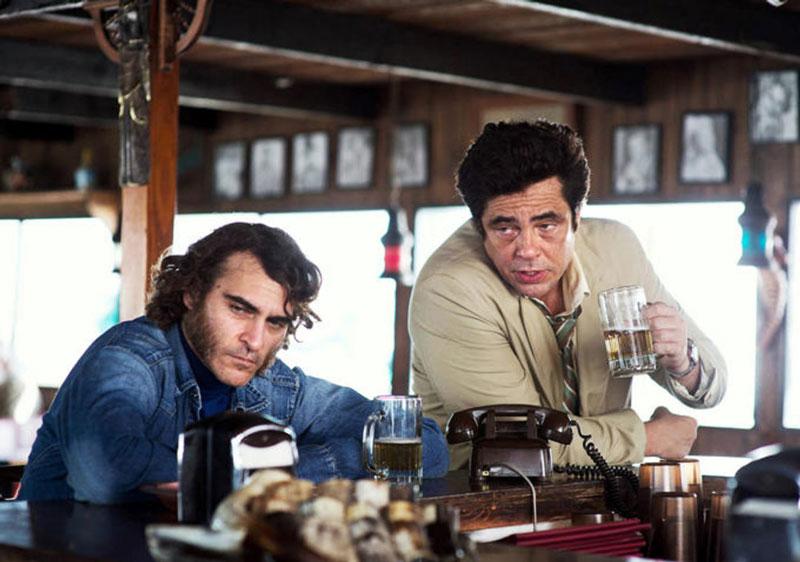 """Joaquin Phoenix y Benicio del Toro en """"Puro Vicio"""""""