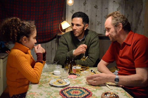 """Benoît Poelvoorde, Roschdy Zem y Seli Gmach en una escena de """"La Raçon de la Gloire"""""""