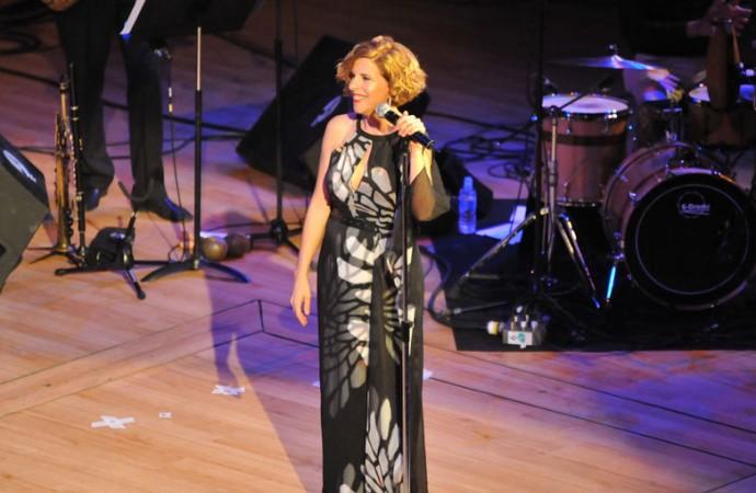 Sole Giménez pone en pie al Palau de la Música veinte años después