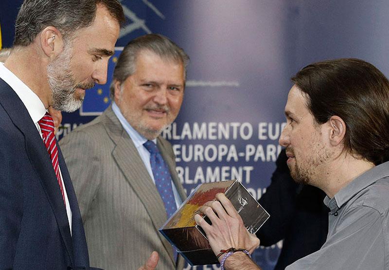 """Pablo Iglesias regalando la serie """"Juego de tronos"""" al Rey Felipe VI"""
