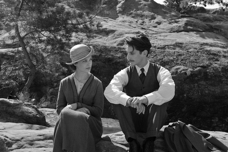 """Paula Beer (Anna) y Pierre Niney (Adrien) en """"Frantz"""" de François Ozon"""